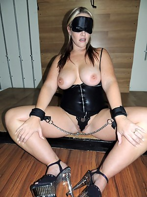 Hubby always makes fun of the fact I can never remember anyone's face. It' not until I see or feel their dicks that I recognize the guy.With that being the case, he decided to set up a blowbang for me. This time, I would be blindfolded. He said since I do
