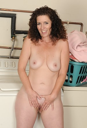 Gorgeous brunette housewife Tammy Sue getting jibby with the laundry