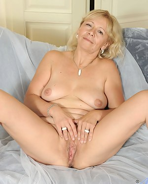 Milf Sara Lynn exposes her mature tits and spreads her pink pussy