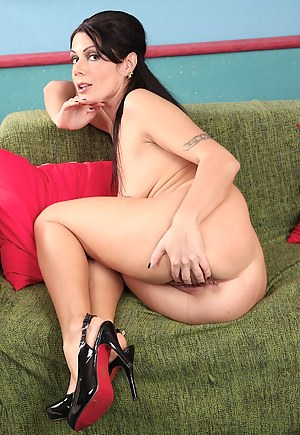 Brunette MILF Evan Jones fingering her juicy pussy.