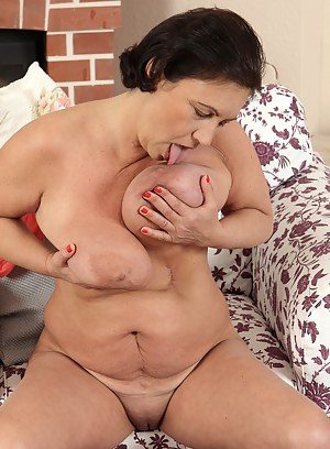 52 year old Kata lets her heavy hanging tits out while spreading pink