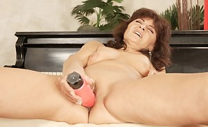 Hot and horny babe fisting a kinky mature slut