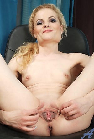 Horny Anilos Scarlette Sax spreads her pussy lips wide open exposing her inner pink