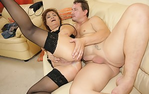Kinky mama getting a warm creampie filled muff