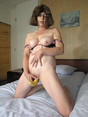 This shaved mature slut sure loves bananas