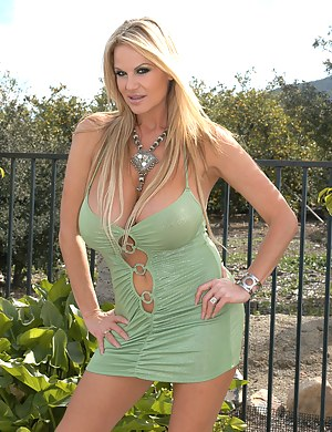 Kelly was out in the sun in a green dress, she takes it off and rubbs on her pussy lips outdoors.