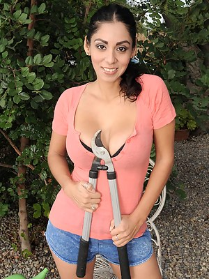 Tight bodied and 33 year old Bianca Mendoza in the yard spreading
