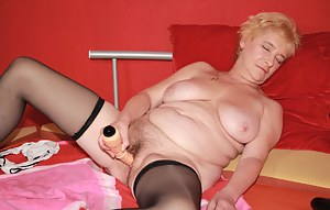 This housewife sure loves to play with herself