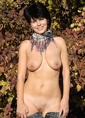 Horny brunette Eve spreads her lucious long legs out in the garden