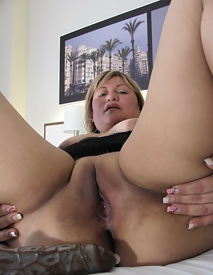 Chubby mama roaming her pussy on her bed