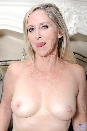 Blonde Anilos Annablelle Brady gets her shaved pussy fucked on a carpeted floor