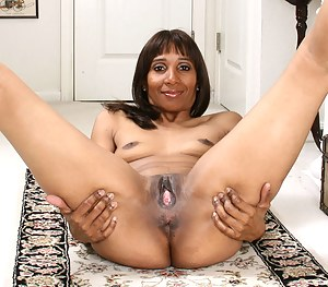 Anilos cougar Robin shows off her gaping fuck hole