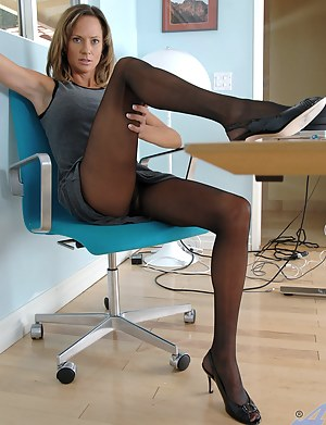 Erotic Anilos milf slides down her black pantyhose and fucked her pussy with the magic wand