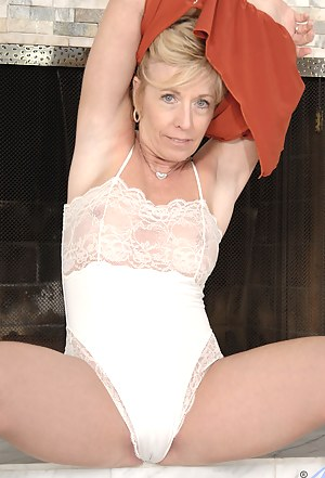 Horny Anilos lady gets hot and wild as she takes a ride on the sybian