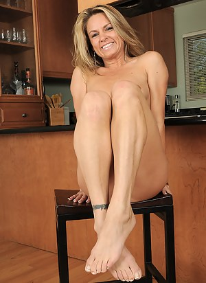 Athletic MILF Amanda B shows off her hot feet and spreads her ass