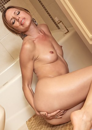 Mature nude stunner teases her sensitive pussy arousing herself in the bathroom