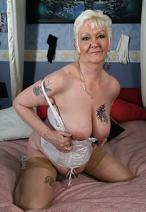 Kinky mature Kim gets wild on her bed