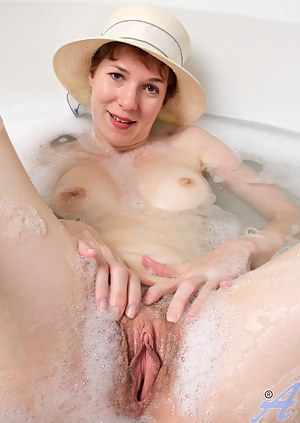 Free Moms Wet Pussy Porn Pictures
