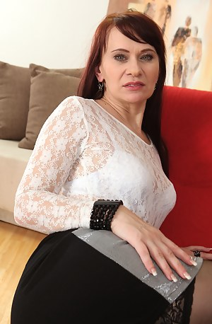 41 year old Vera Delight spreading her mature pussy on the couch